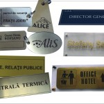Produse gravate: placute usa, brelocuri chei, ecusoane gravate, etc.